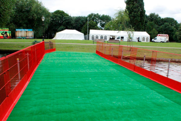 Pontoon walkway with artificial grass