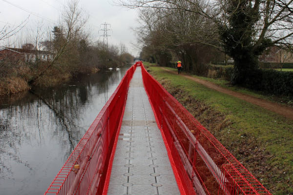 Pontoon temporary canal towpath